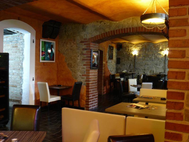 KUKU bar interiér